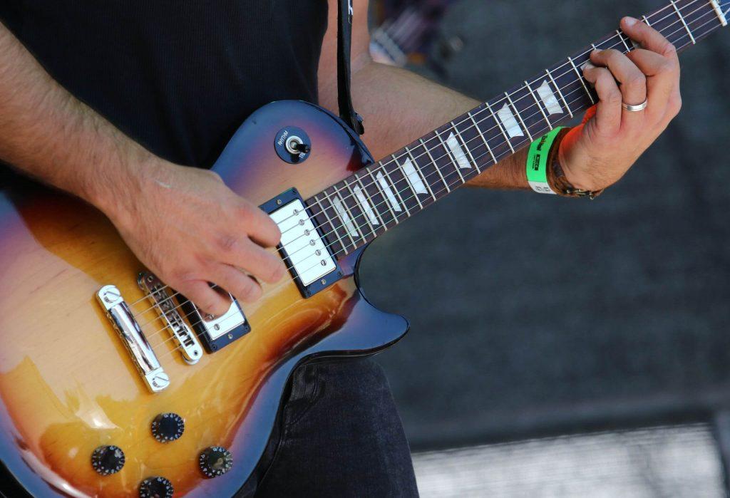 Gitarrist mit Les Paul Gitarre