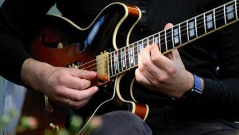 Linke und rechte Hand an der E-Gitarre