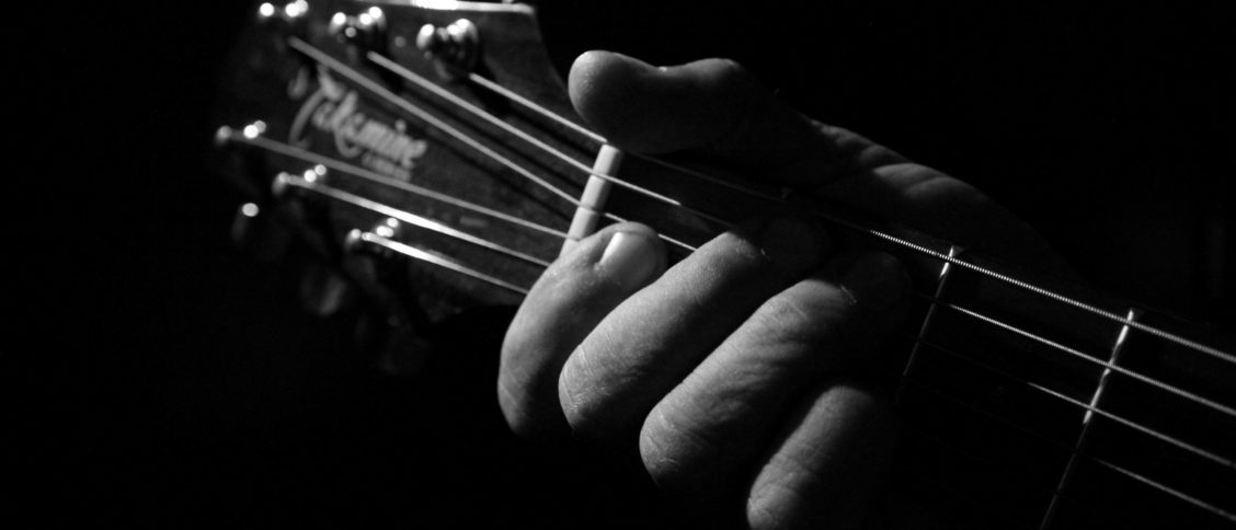 Westerngitarre für Linkshänder
