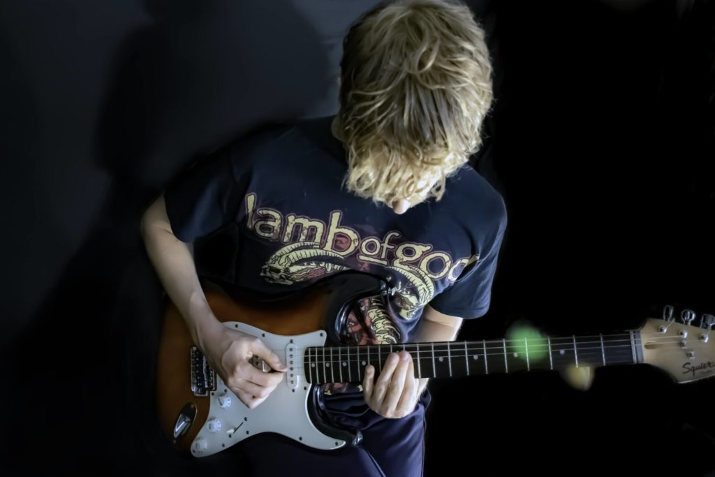 Kind mit E-Gitarre