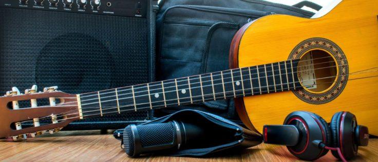 Akustikgitarre und Verstärker