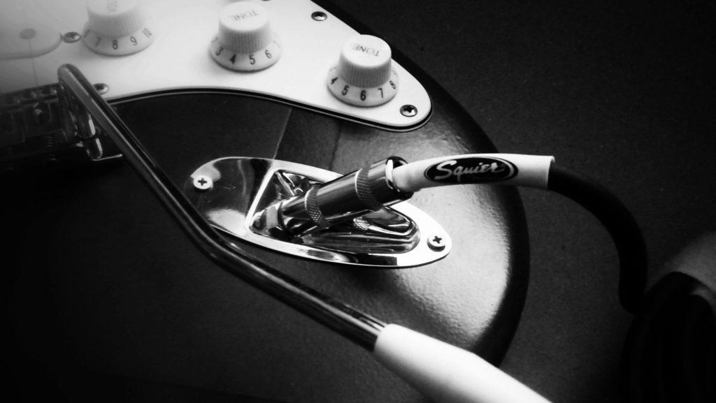Squier E-Gitarre und Kabel
