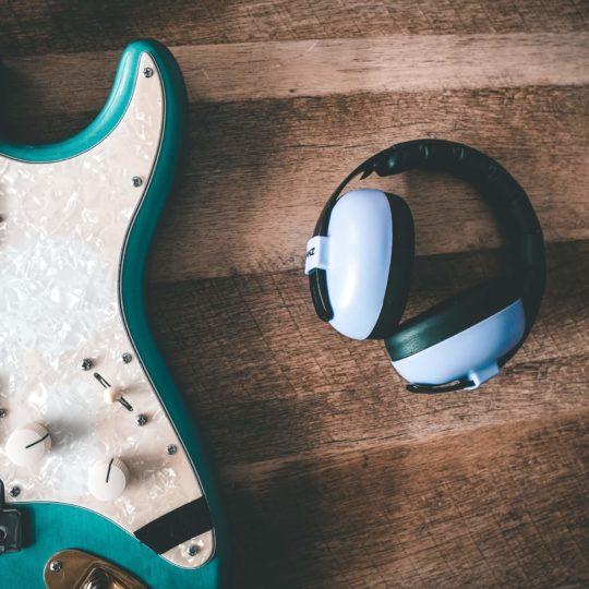 E-Gitarre und Kopfhörer
