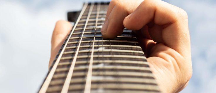 Gitarrengriffbrett mit Saiten