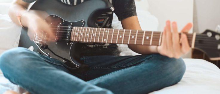 E-Gitarre im Sitzen spielen