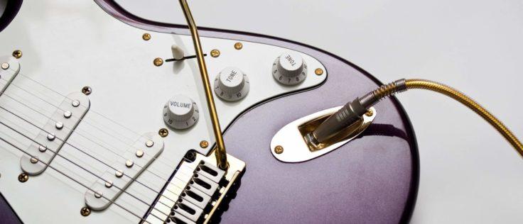 Strat mit Gitarrenkabel